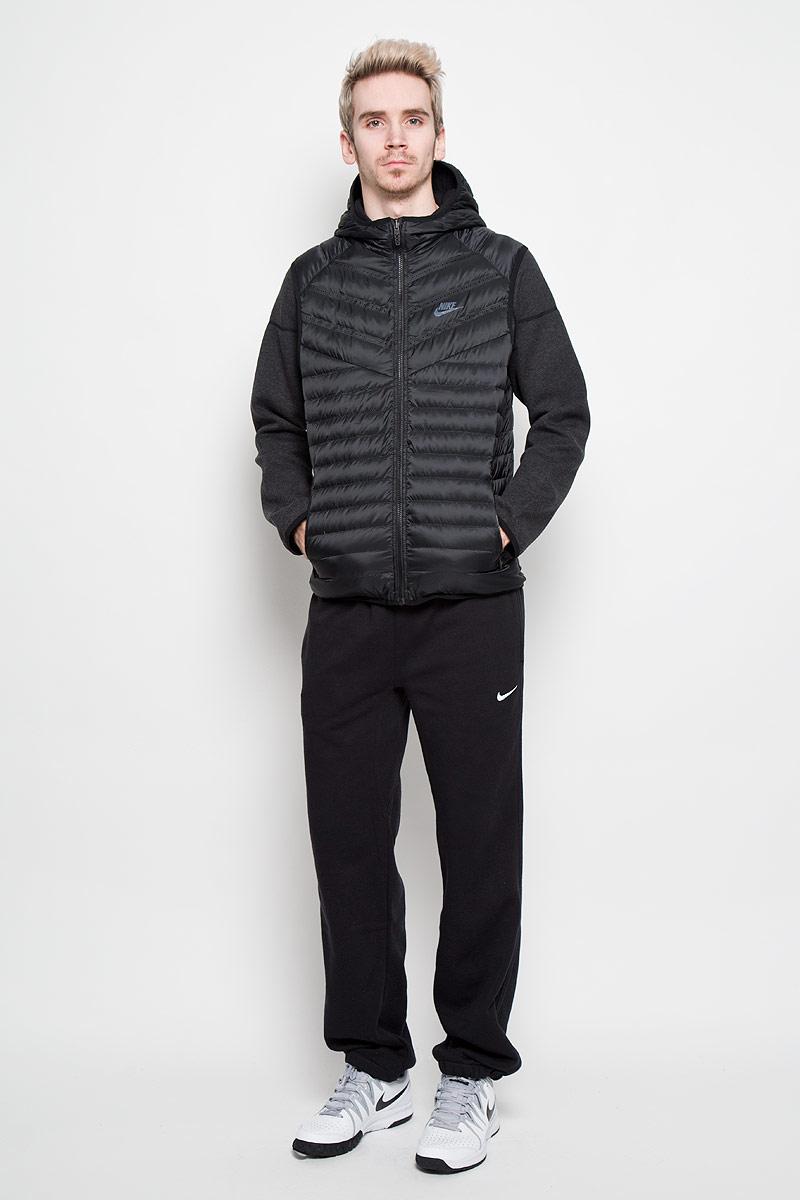 Куртка614665-010Двухсторонняя мужская куртка Nike Aeroloft Windrunner, выполненная из практичного стеганого материала, обеспечит максимальный комфорт при различных погодных условиях. Модель с несъемным капюшоном и длинными рукавами застегивается на пластиковую застежку-молнию по всей длине. Вшитый сверху жилет с наполнителем из гусиного пуха обеспечивает дополнительное тепло и защиту от непогоды. По бокам расположены прорезные карманы. Очень стильный и современный дизайн. Эта легкая и одновременно теплая куртка станет отличным дополнением к вашему гардеробу!