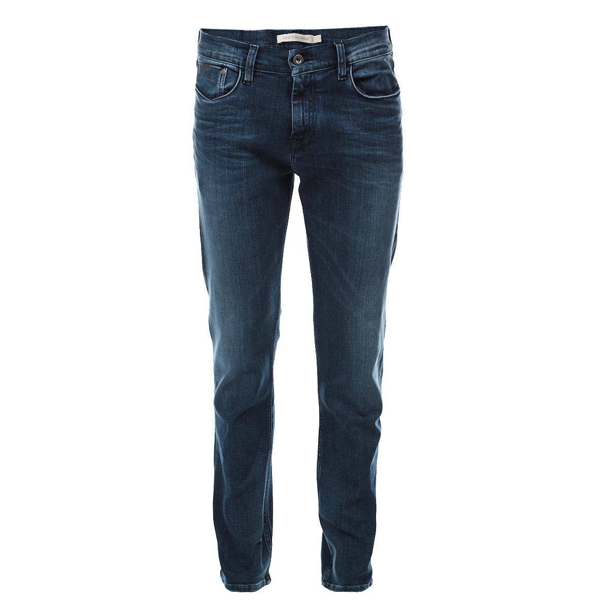Джинсы мужские. J3EJ301642J3EJ301642Стильные мужские джинсы Calvin Klein Jeans - джинсы высочайшего качества на каждый день, которые прекрасно сидят. Модель зауженного кроя и средней посадки изготовлена из высококачественного материала. Изделие оформлено тертым эффектом и перманентными складками. Застегиваются джинсы на пуговицу в поясе и ширинку на застежке-молнии, имеются шлевки для ремня. Спереди модель оформлены двумя втачными карманами и одним небольшим секретным кармашком, а сзади - двумя накладными карманами. Эти модные и в тоже время комфортные джинсы послужат отличным дополнением к вашему гардеробу. В них вы всегда будете чувствовать себя уютно и комфортно.