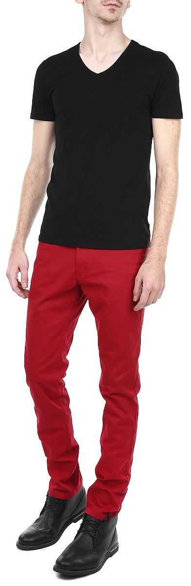 Брюки мужские. SSP2027CESSP2027CEСтильные мужские брюки Top Secret станут отличным дополнением к вашему гардеробу. Они отлично сочетаются с разными рубашками и футболками, создавая образ, как на каждый день, так и для отдыха. Модель прямого кроя и средней посадки изготовлена из высококачественного эластичного хлопка, благодаря чему великолепно пропускает воздух и обладает высокой гигроскопичностью. Застегиваются брюки на молнию и пуговицу, имеются шлевки для ремня. Брюки имеют классический пятикарманный крой: спереди модель оформлены двумя втачными карманами и одним маленьким прорезным кармашком, а сзади - двумя накладными карманами. Эти модные и в тоже время удобные брюки помогут вам создать оригинальный современный образ. В них вы всегда будете чувствовать себя уверенно и комфортно.