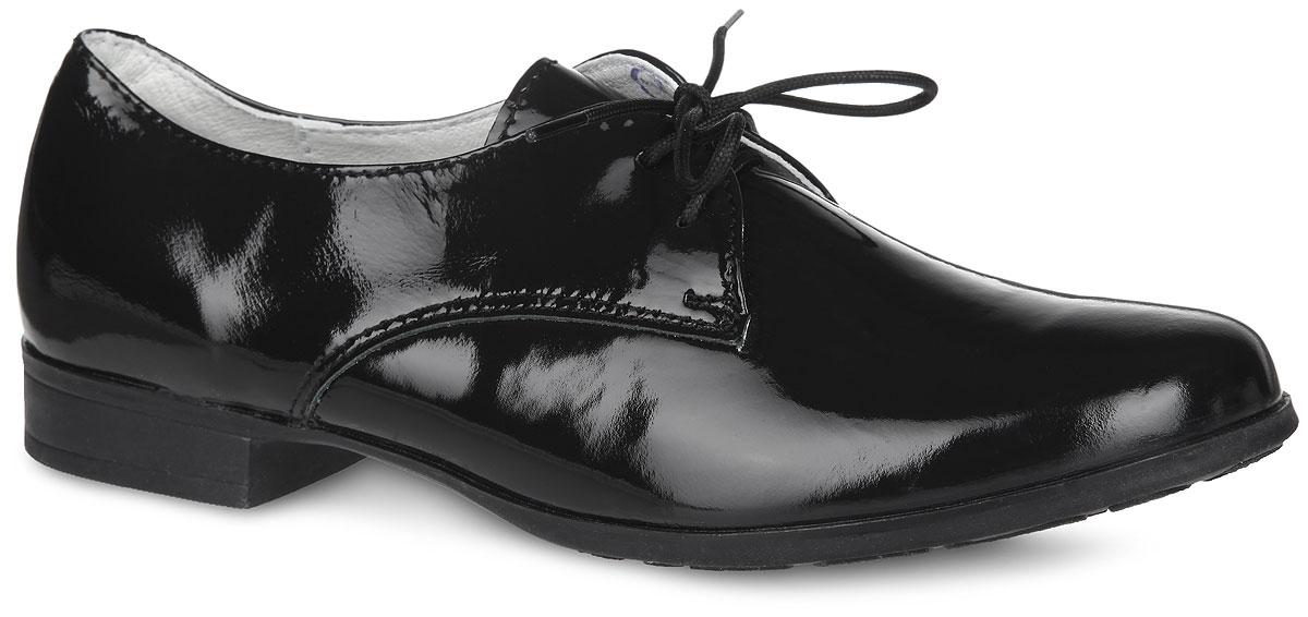 632148-21Стильные классические туфли от торговой марки Котофей займут достойное место в гардеробе вашей маленькой модницы. Модель выполнена из натуральной высококачественной лаковой кожи. Верх изделия оформлен шнуровкой, которая надежно зафиксирует обувь на ноге. Подкладка и стелька, изготовленные из натуральной кожи, обеспечат комфорт и уют. Округленный мысок добавит женственности в образ. Умеренной высоты каблук устойчив. Рифленая поверхность подошвы защищает изделие от скольжения. Модные туфли послужат идеальным добавлением к школьной форме.