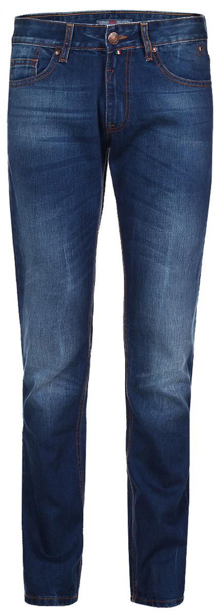 Джинсы мужские. 0955409554Стильные мужские джинсы F5 - джинсы высочайшего качества на каждый день, которые прекрасно сидят. Модель прямого кроя и средней посадки изготовлена из высококачественного плотного хлопка. Джинсы не сковывают движения и дарят комфорт. Изделие оформлено тертым эффектом и контрастной отстрочкой. Застегиваются джинсы на пуговицу в поясе и ширинку на молнии, имеются шлевки для ремня. Спереди модель оформлена двумя втачными карманами и одним небольшим секретным кармашком, а сзади - двумя накладными карманами. Эти модные и в тоже время комфортные джинсы послужат отличным дополнением к вашему гардеробу. В них вы всегда будете чувствовать себя уютно и комфортно.