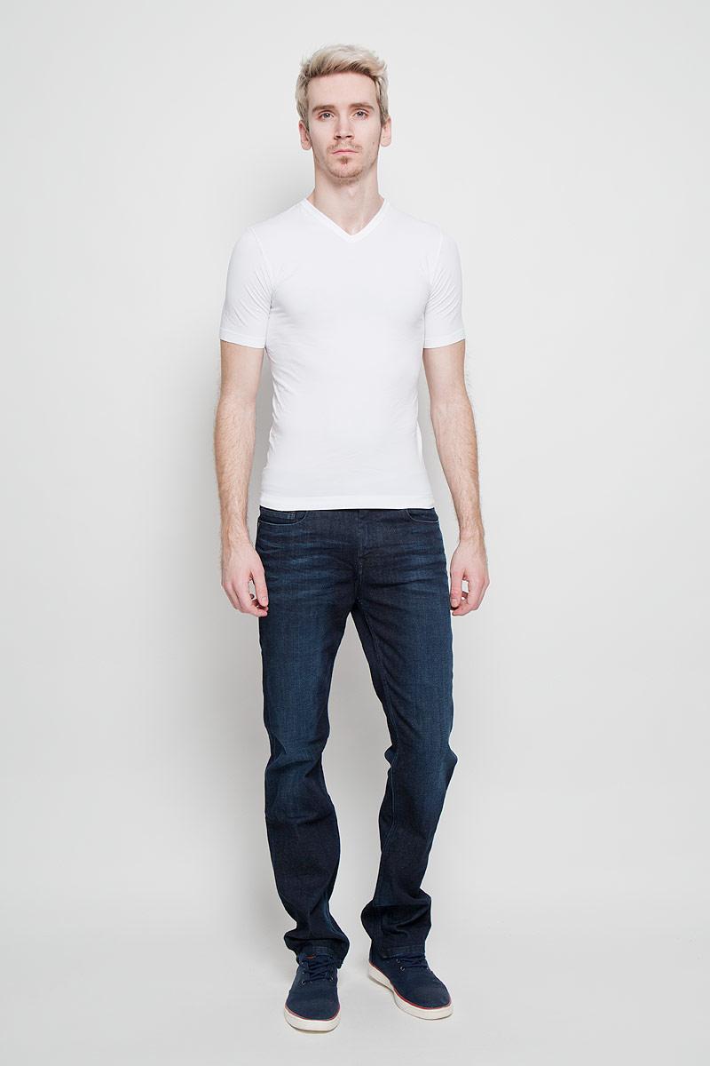 200023_NeroСтильная мужская футболка Intimidea Basic Man, выполненная из высококачественного эластичного материала, подчеркнет достоинства вашей фигуры. Модель с V-образным вырезом горловины и короткими рукавами. Изделие из микрофибры мягкое приятное на ощупь, не сковывает движения, обеспечивая наибольший комфорт. Микрофибра - гигиеническая дышащая ткань, которая не вызывает аллергию. Воздухопроницаемость обеспечивается малым сечением нити. Из-за особых свойств микрофибры одежда из нее всесезонна: летом она не впитывает влагу, а зимой отлично сохраняет тепло. Структура волокна делает ткань приятной для тела, мягкой и бархатистой. Такая футболка станет отличным дополнением к вашему гардеробу!