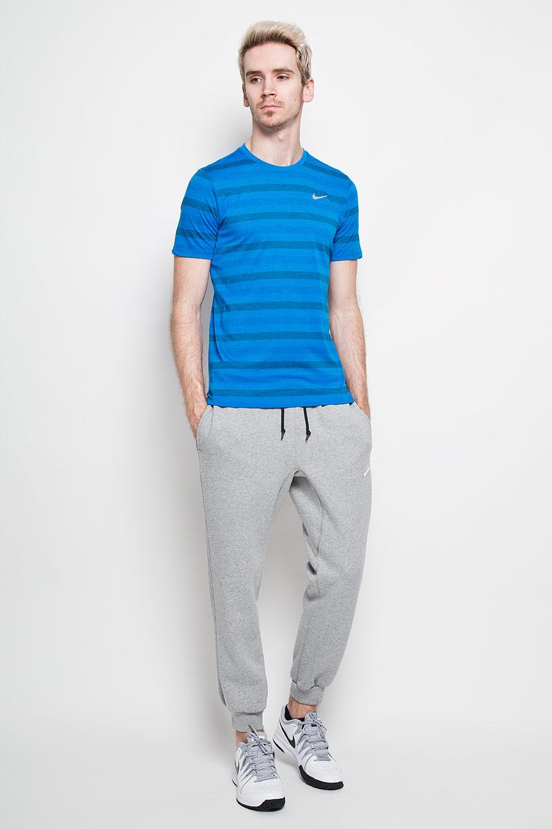 Футболка мужская Tailwind. 596202596202-406Превосходная мужская футболка Nike Tailwind, выполненная из комфортного материала, приятная на ощупь, не сковывает движения, обеспечивая наибольший комфорт. Модель с круглым вырезом горловины и короткими рукавами оформлена принтом в полоску. Сзади модель дополнена небольшим втачным караманом на застежке-молнии. Спереди изделие декорировано светоотражающим логотипом бренда. Отличный вариант для повседневного использования.
