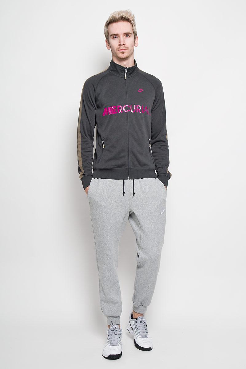 Толстовка мужская Styler Track. 523385523385-060Стильная мужская толстовка Nike Styler Track из приятного на ощупь полиэстера- это удобная и практичная вещь, которая найдет себе место в повседневном гардеробе любого мужчины. Модель с воротником-стойкой и длинными рукавами застегивается на пластиковую застежку-молнию. Манжеты и низ изделия изготовлены из эластичной трикотажной резинки. Спереди модель дополнена двумя втачными карманами на молнии. Изделие оформлено принтовыми надписями и изображением логотипа бренда. Прекрасный выбор для мужчин, предпочитающих спортивный стиль одежды.