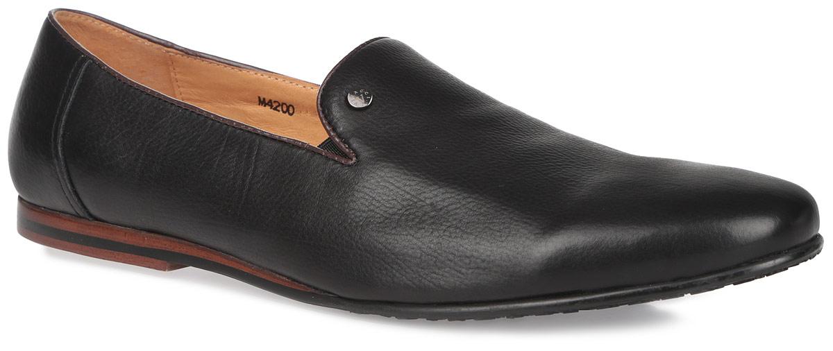 M4199Изысканные туфли Vitacci - незаменимая вещь в гардеробе каждого мужчины. Модель выполнена из натуральной высококачественной кожи и оформлена круглой металлической пластиной с названием и логотипом бренда на подъеме. Резинки, расположенные на подъеме, гарантируют оптимальную посадку модели на ноге. Стелька из материала EVA с внешней поверхностью из натуральной кожи комфортна при движении. Перфорация на стельке обеспечивает отличную вентиляцию, позволяет ногам дышать. Низкий каблук, стилизованный под дерево, и подошва дополнены противоскользящим рифлением. Элегантные туфли отлично дополнят ваш деловой образ.