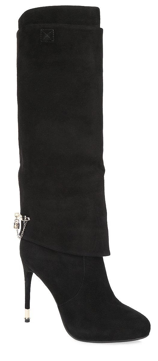 46471Стильные женские сапоги от Vitacci - незаменимая вещь в гардеробе истинной модницы. Модель изготовлена из натуральной высококачественной замши и оформлена широким отворотом на голенище, спускающимся до низа. Задняя поверхность сапог декорирована стильной пластиной с изящной цепочкой и небольшой подвеской в виде замочка, инкрустированной стразом. Отсутствие застежек компенсировано шириной голенища. Мягкая подкладка и стелька из текстиля невероятно комфортны при ходьбе. Высокий каблук-шпилька, у основания дополненный металлической вставкой, и подошва - с противоскользящим рифлением. Элегантные сапоги займут достойное место среди вашей коллекции обуви.