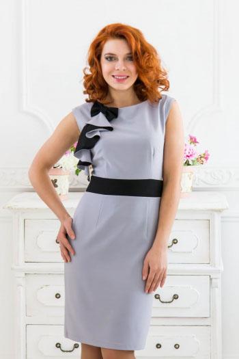 Платье. 413/414414Элегантное платье Lautus изготовлено из высококачественного полиэстера. Платье без рукавов, с круглым вырезом горловины застегивается на потайную молнию сзади. Модель украшена декоративным бантом и контрастными воланами. Сзади по центральному шву находится небольшой разрез. Идеальный вариант для создания эффектного образа.