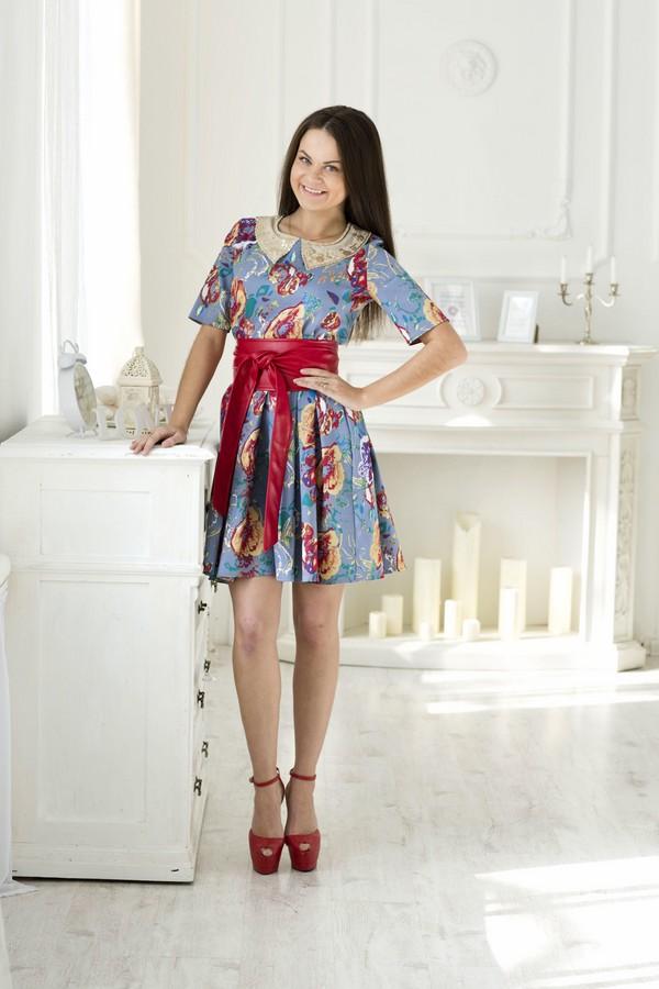 321Стильное платье Lautus с круглым вырезом горловины и короткими рукавами выполнено из плотного материала и оформлено цветочным принтом. Модель приталенного силуэта с пышной юбкой, на спинке застегивается на потайную молнию. Модное платье подчеркнет все достоинства вашей фигуры. В таком наряде бы всегда будете в центре внимания.