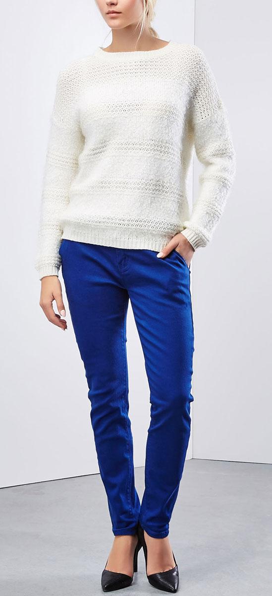 Z-SP-1821_BLACKЖенские брюки Moodo станут стильным дополнением к вашему гардеробу. Изготовленные из эластичного хлопка, они мягкие и приятные на ощупь, не сковывают движения и позволяют коже дышать. Брюки прямого кроя на поясе застегиваются на пластиковую пуговицу и имеют ширинку на застежке-молнии, а также шлевки для ремня. На поясе изделие дополнено ремнем с металлической пряжкой. Модель имеет классический пятикарманный крой: спереди - два втачных кармана и один маленький прорезной на пуговице, а сзади - два накладных кармана, которые закрываются на пуговицы. Современный дизайн и расцветка делают эти брюки модным предметом женской одежды. Такая модель подарит вам комфорт в течение всего дня.