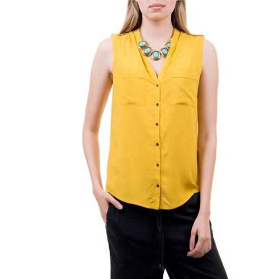 Блуза. Bsl-112/016-424Bsl-112/016-424Стильная женская блузка, изготовленная из высококачественного материала, не сковывает движения, обеспечивая наибольший комфорт. Модель свободного кроя без рукавов, застегивается на пуговицы по всей длине изделия. Блуза с V-образным вырезом горловины на груди дополнена накладными кармашками. Плечи оформлены хлястиками на пуговицах. Такую модную блузу вы сможете комбинировать с любыми элементами гардероба и будете чувствовать себя в ней уютно и комфортно.