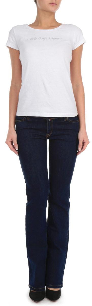 Джинсы женские. 19202/5130219202/51302_w.garmentСтильные женские джинсы F5 созданы специально для того, чтобы подчеркивать достоинства вашей фигуры. Модель прямого кроя и средней посадки станет отличным дополнением к вашему современному образу. Джинсы застегиваются на пуговицу в поясе и ширинку на застежке-молнии, также имеются шлевки для ремня. Джинсы имеют классический пятикарманный крой: спереди модель дополнена двумя втачными карманами и одним маленьким накладным кармашком, а сзади - двумя накладными карманами. Изделие оформлено контрастной отстрочкой. Эти модные и в тоже время комфортные джинсы послужат отличным дополнением к вашему гардеробу.