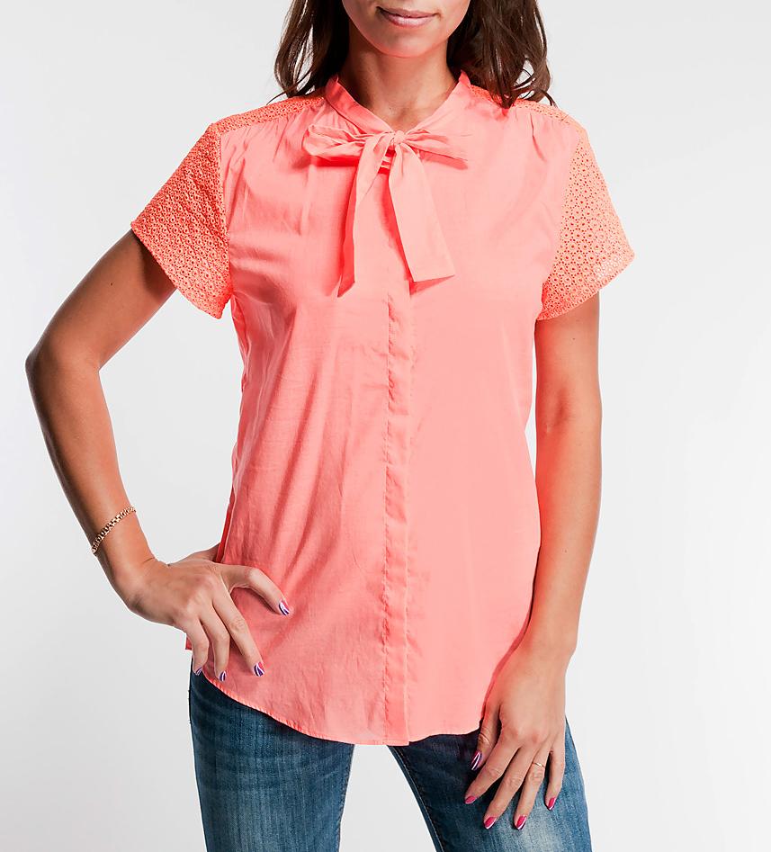 Блуза. 1325240072-353781325240072-35378Изящная блуза Turnover, выполненная из качественного тонкого хлопка, подчеркнет вашу женственность и великолепный вкус. Модель застегивается на пуговицы, имеет оригинальные кружевные короткие рукава и воротник-стойку с завязками. В такой очаровательной блузе вы будете всегда в центре внимания!