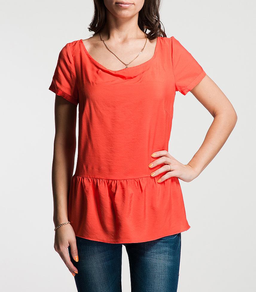 Блуза. 81.303.12.380881.303.12.3808Оригинальная блуза Comma создана, чтобы сыграть выигрышную партию в повседневном гардеробе. Очаровательная блуза с короткими рукавами и круглым вырезом горловины выполнена из высококачественного материала и застегивается сбоку на потайную застежку-молнию. Снизу блуза оформлена сборками. В такой оригинальной блузе вы будете чувствовать себя уютно и комфортно, и всегда будете в центре внимания!