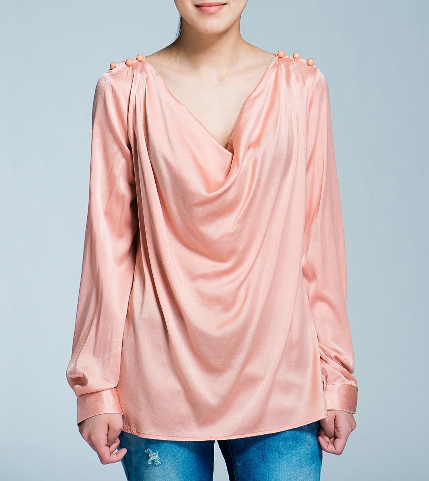 Блузка12DCL0061Стильная блуза Nolita выполнена из струящегося шелка с добавлением эластана. Блуза свободного кроя с воротником хомут и длинными рукавами, отлично подчеркнет женственность и красоту вашей фигуры. По плечам блуза оформлена тремя гранеными пуговками. Романтичная блуза - для девушки, стремящейся всегда оставаться стильной и элегантной.