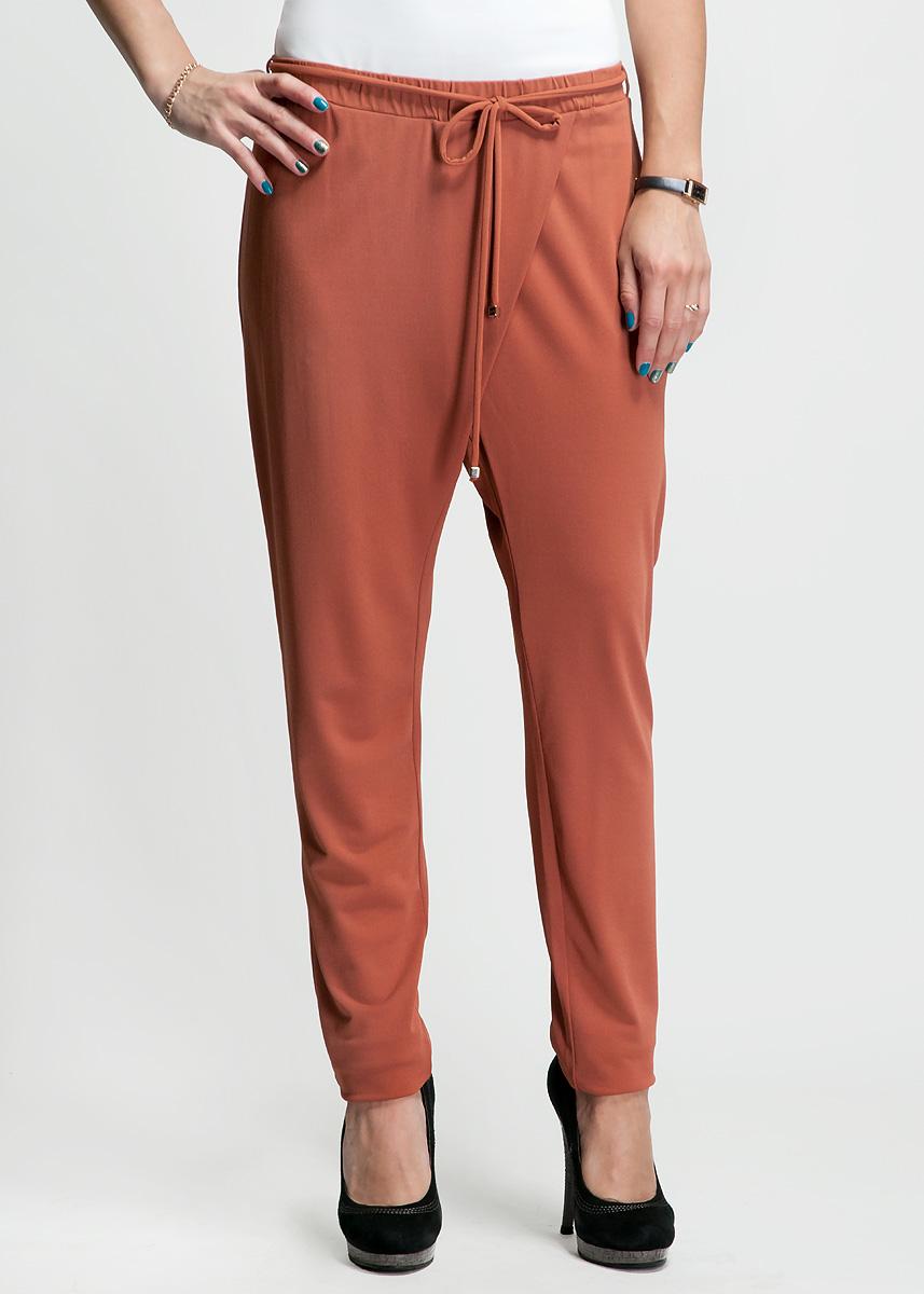 Брюки женские. 61D22B61D22BСтильные женские летние брюки Toy G свободного кроя, выполненные из высококачественного материала, будет отлично смотреться на вас. Пояс модели дополнен широкой эластичной резинкой и декоративной текстильной кулиской. Брюки с имитацией запаха - идеальный вариант для тех, кто ценит комфорт и качество.