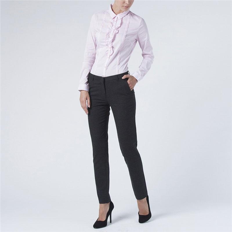 БлузкаB-112/600-5311Симпатичная женская блузка Sela, выполненная из высококачественного материала, очень комфортна при носке. Модель приталенного кроя с полукруглым низом, длинными рукавами и отложным воротничком застегивается на пуговицы. Изделие в тонкую полоску оформлено кокетливыми оборками вдоль планки с пуговицами. Такая блузка будет дарить вам комфорт в течение всего дня и послужит замечательным дополнением к вашему гардеробу.
