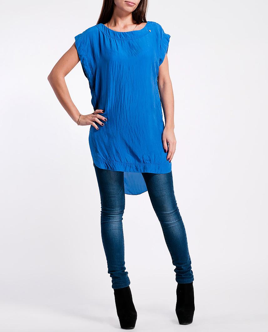 Блуза женская. 22DCC0011 T02522DCC0011 T025Яркая легкая блуза из шелка станет приятным дополнением к вашему летнему гардеробу. Материал очень нежный и приятный на ощупь. Модель выполнена в виде свободной туники с округлой линией низа и разрезами по бокам. Задняя часть подола немного удлинена. Круглый вырез горловины дополняет небольшая металлическая клепка в виде черепа. На спинке выполнен V-образный вырез, который обрамляет широкие отвороты, переходящие в рюшу по среднему шву. Яркая легкая блузка подарит вам комфорт и отличное настроение, а так же будет отлично сочетаться с разнообразными моделями юбок и брюк.