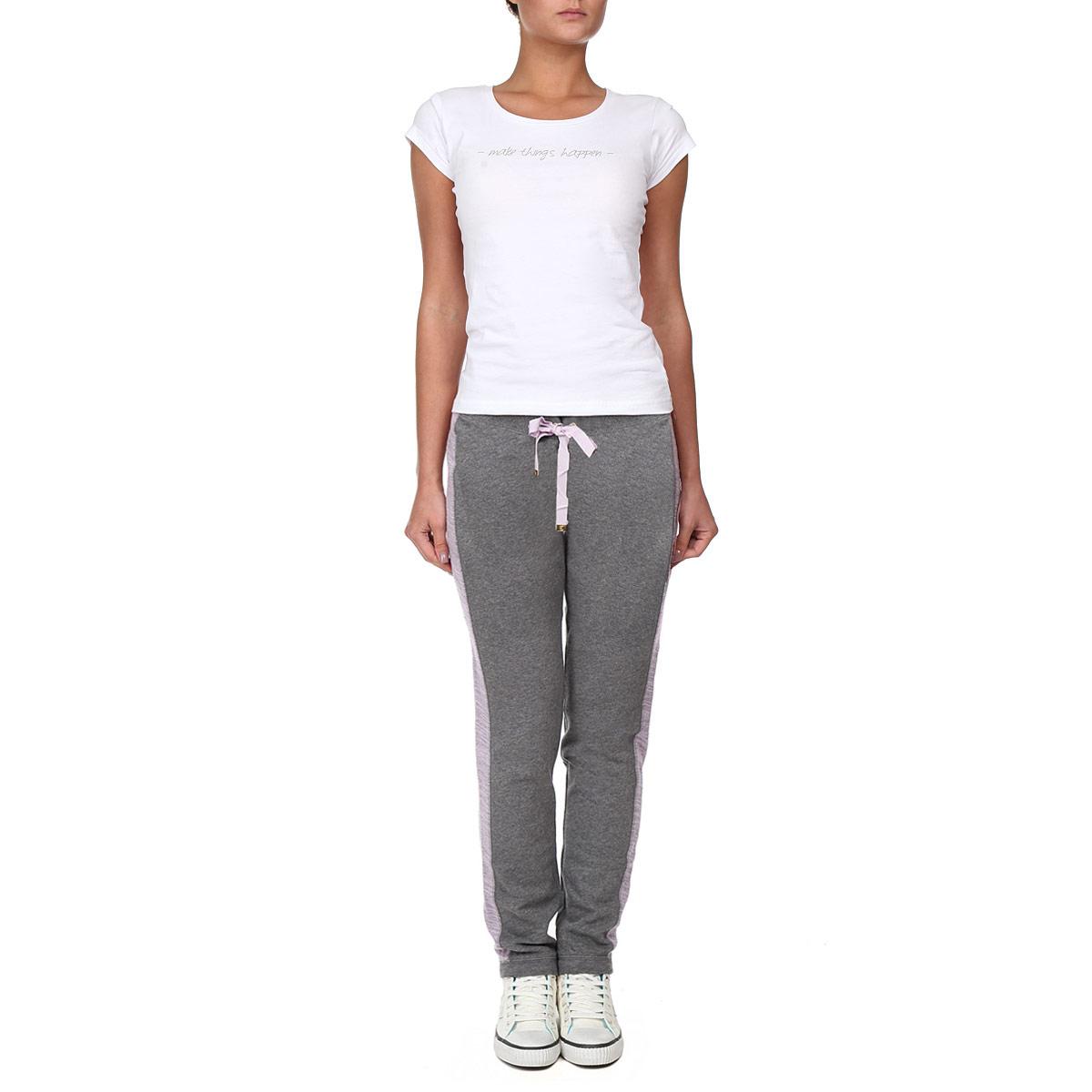 Брюки спортивные женские. WFKB34540/020WFKB34540/020Симпатичные женские брюки Juicy, изготовленные из высококачественного материала, прекрасно подойдут как для прогулок, так и для занятий спортом. Модель зауженного к низу кроя с широкой резинкой на поясе, на талии дополнены кулиской. Снизу брючины имеют не большие трикотажные вставки. Модель по бокам оформлена вставками контрастного цвета, а также аппликацией в виде логотипа бренда. В таких брюках вы будете чувствовать себя комфортно в течение всего дня.