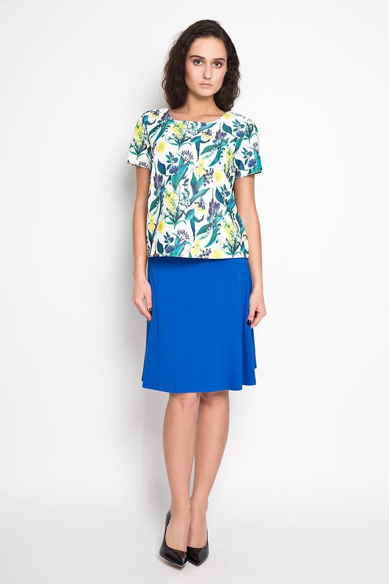 Блуза женская. Tws-112/920-6110Tws-112/920-6110Стильная женская блуза Sela, выполненная из эластичного полиэстера, подчеркнет ваш уникальный стиль и поможет создать оригинальный женственный образ. Блузка с короткими рукавами и круглым вырезом горловины застегивается на застежку-молнию на спинке. Модель оформлена красочным принтом с изображением тропических цветов. Такая блузка идеально подойдет для жарких летних дней. Такая блузка будет дарить вам комфорт в течение всего дня и послужит замечательным дополнением к вашему гардеробу.