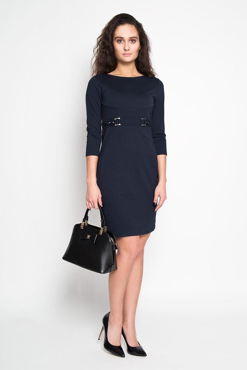 Платье. DK-117/693-6171DK-117/693-6171Элегантное платье Sela выполнено из высококачественной комбинированной ткани. Такое платье обеспечит вам комфорт и удобство при носке. Модель с рукавами 3/4 и круглым вырезом горловины выгодно подчеркнет все достоинства вашей фигуры благодаря приталенному силуэту. Платье застегивается на застежку-молнию сзади. Спереди платье украшено имитацией пояса с двумя металлическими пряжками. Изысканное платье-миди создаст обворожительный и неповторимый образ. Это модное и удобное платье станет превосходным дополнением к вашему гардеробу, оно подарит вам удобство и поможет вам подчеркнуть свой вкус и неповторимый стиль.