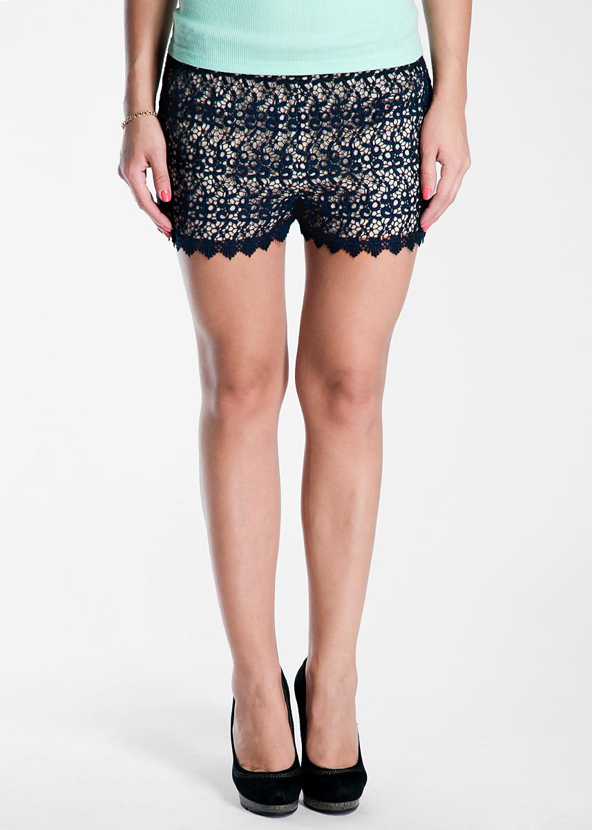 Шорты женские. 420271420271Стильные шорты, изготовленные из хлопка, созданы для модных и смелых девушек. Модель оформлена кружевом и застегивается на потайную молнию. В этих модных шортах вы будете чувствовать себя уверенно, оставаясь в центре внимания.