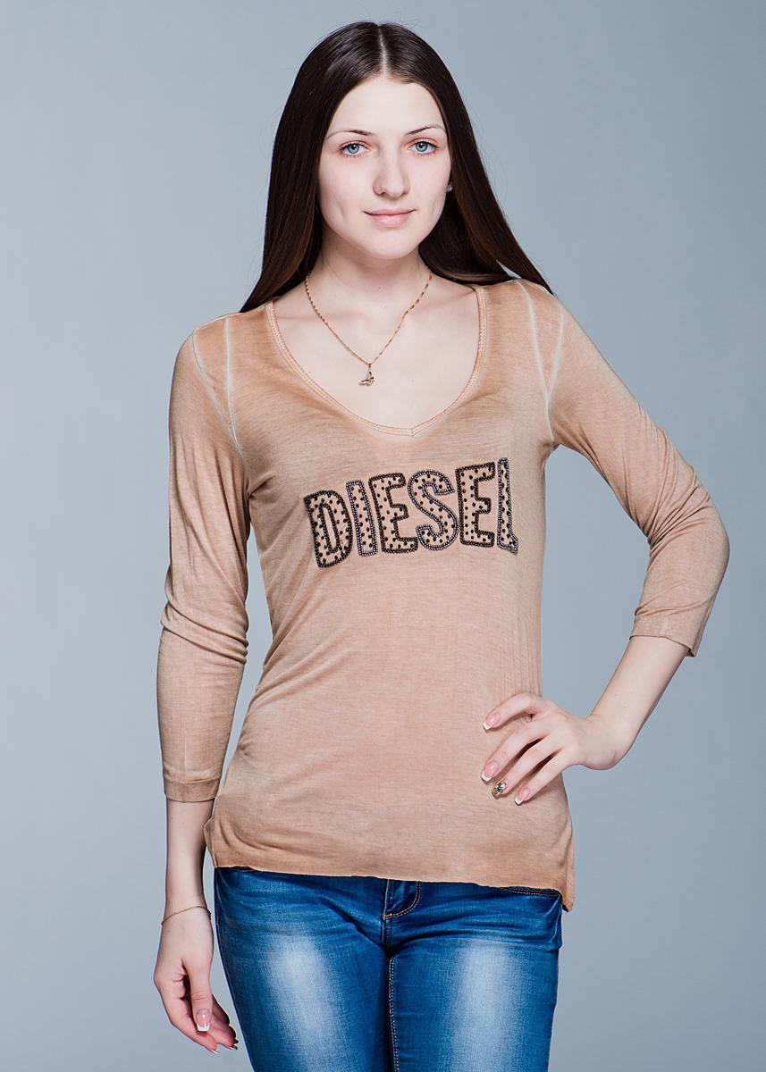 ФутболкаI300S4LL.00QXXСтильный женский лонгслив Diesel слегка расклешенного к низу кроя выполнен из высококачественного материала. Модель с V-образным вырезом горловины и рукавами ?, расшит на груди бисером в виде логотипа бренда. Низ лонгслива не обработан. Вискоза является волокном, произведенным из натурального материала - целлюлозы (древесины). Иногда ее называют древесный шелк. Эта ткань на ощупь мягкая и приятная, образует красивые складки. Материал очень хорошо впитывает влагу, не образует катышек со временем, не выцветает на солнце и обладает приятным шелковистым блеском. В таком лонгсливе вы будете выглядеть изящно и грациозно.
