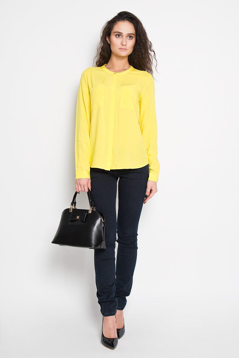 БлузкаB-112/700-6110Стильная женская блуза Sela, выполненная из 100% вискозы, подчеркнет ваш уникальный стиль и поможет создать оригинальный женственный образ. Блузка с длинными рукавами и круглым вырезом горловины застегивается на пуговицы спереди. Манжеты рукавов также застегиваются на пуговицы. Модель оснащена двумя нагрудными карманами. Такая блузка идеально подойдет для жарких летних дней. Такая блузка будет дарить вам комфорт в течение всего дня и послужит замечательным дополнением к вашему гардеробу.