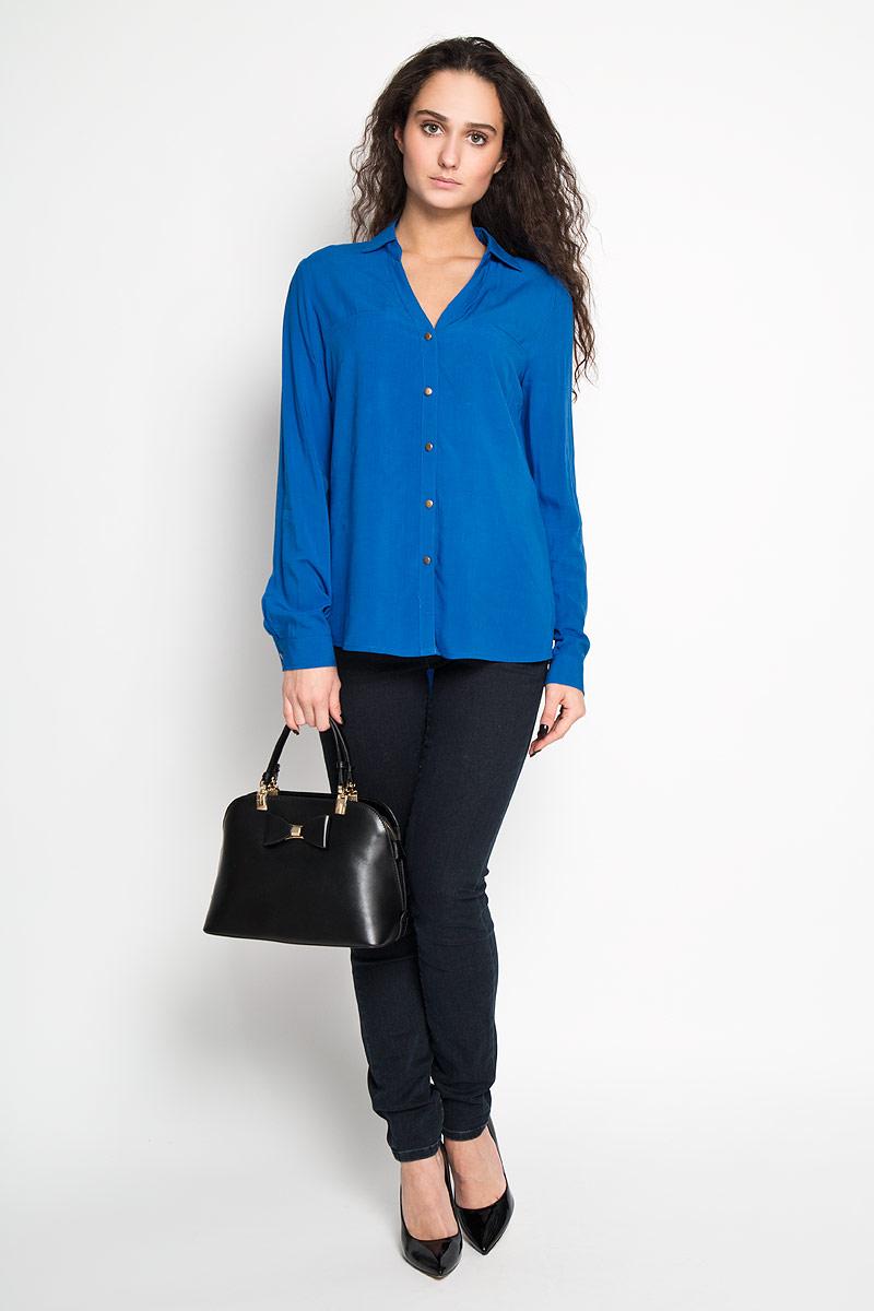B-112/770-6171Стильная женская блуза Sela, выполненная из 100% вискозы, подчеркнет ваш уникальный стиль и поможет создать оригинальный женственный образ. Блузка с длинными рукавами и отложным воротником застегивается на пуговицы спереди. Манжеты рукавов также застегиваются на пуговицы. На груди модель дополнена имитацией карманов. Такая блузка идеально подойдет для жарких летних дней. Такая блузка будет дарить вам комфорт в течение всего дня и послужит замечательным дополнением к вашему гардеробу.