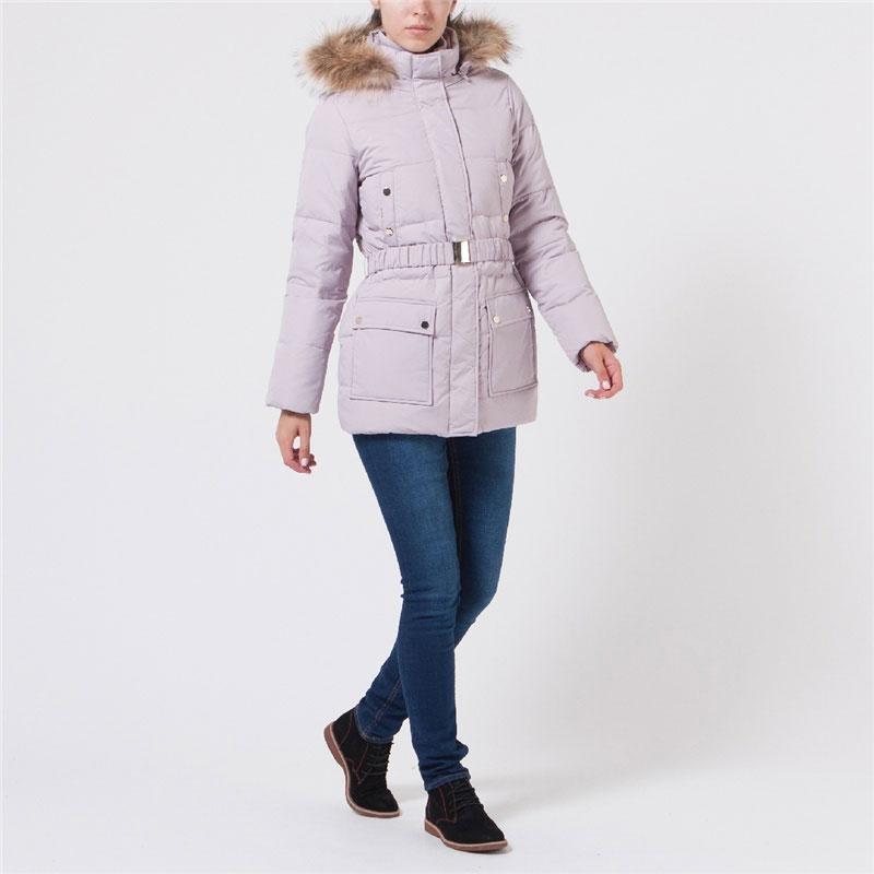Куртка женская. Cd-126/575-5373DCd-126/575-5373DЖенская стеганая куртка Sela может стать вашей любимой моделью - ведь в ней вам будет так тепло и удобно! Куртка выполнена из непромокаемого полиэстера с утеплителем из пуха и пера и дополнена отстегивающимся капюшоном с отделкой из натурального меха енота. Мех при желании можно отстегнуть. Модель приталенного кроя с воротником-стойкой застегивается на металлическую молнию и дополнительно на ветрозащитный клапан на кнопках. На талии предусмотрены шлевки и ремень-резинка с металлическим клапаном. Спереди куртка дополнена двумя нагрудными и двумя боковыми накладными карманами на кнопках. Внутри карманов подкладка из мягкого флиса. С внутренней стороны по нижнему краю предусмотрена эластичная кулиска со стопперами. Рукава дополнены вшитыми трикотажными манжетами. В такой куртке вам будет уютно, тепло и комфортно в любую погоду. Отличный выбор для девушек, ценящих стильные и практичные вещи.