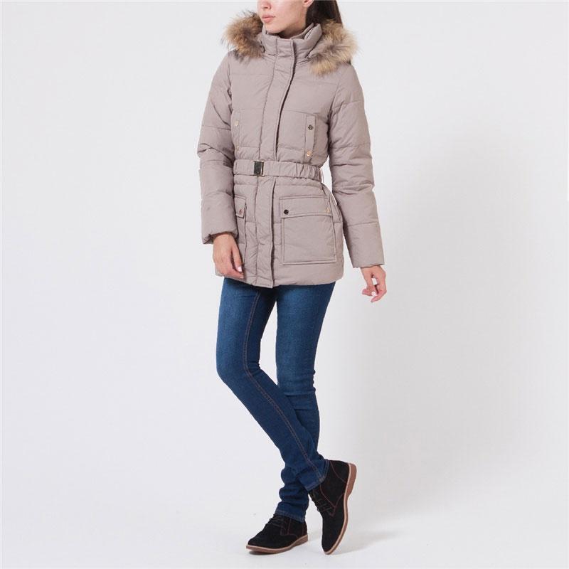 Cd-126/575-5373DЖенская стеганая куртка Sela может стать вашей любимой моделью - ведь в ней вам будет так тепло и удобно! Куртка выполнена из непромокаемого полиэстера с утеплителем из пуха и пера и дополнена отстегивающимся капюшоном с отделкой из натурального меха енота. Мех при желании можно отстегнуть. Модель приталенного кроя с воротником-стойкой застегивается на металлическую молнию и дополнительно на ветрозащитный клапан на кнопках. На талии предусмотрены шлевки и ремень-резинка с металлическим клапаном. Спереди куртка дополнена двумя нагрудными и двумя боковыми накладными карманами на кнопках. Внутри карманов подкладка из мягкого флиса. С внутренней стороны по нижнему краю предусмотрена эластичная кулиска со стопперами. Рукава дополнены вшитыми трикотажными манжетами. В такой куртке вам будет уютно, тепло и комфортно в любую погоду. Отличный выбор для девушек, ценящих стильные и практичные вещи.