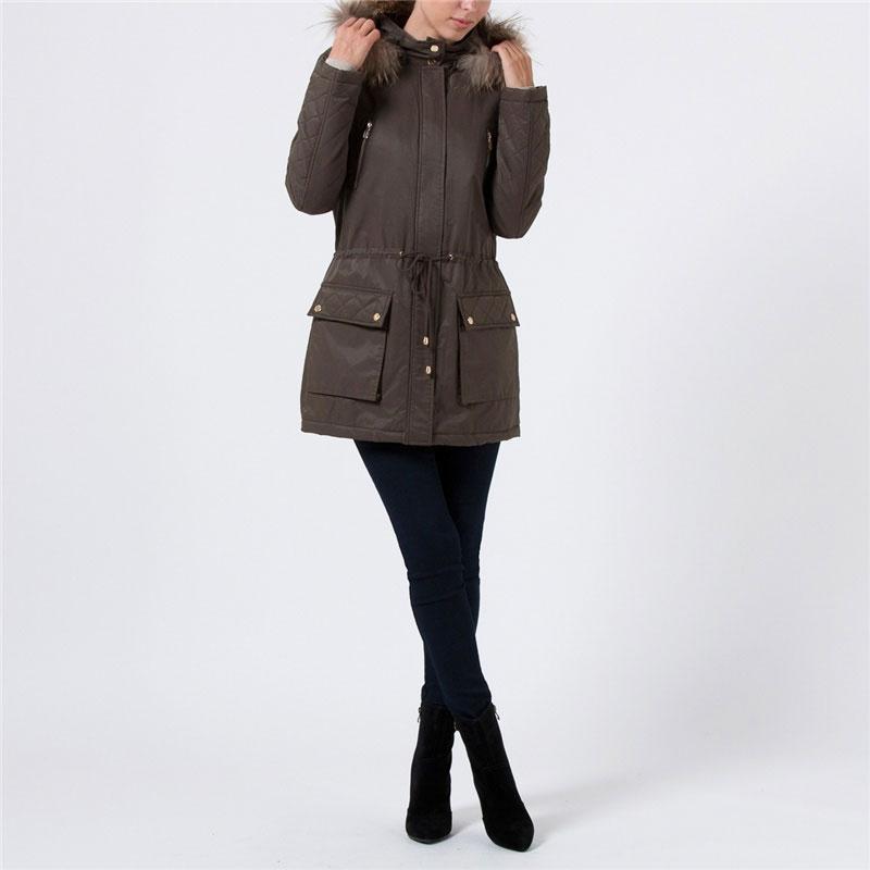 КурткаCp-126/289-5302Теплая стильная женская парка Sela, рассчитанная на холодную погоду, поможет вам почувствовать себя максимально комфортно. Изделие выполнено из плотного материала с утеплителем из синтепона и отделкой из натурального меха енота. Куртка на талии затягивается кулиской, что предотвращает проникновение холодного воздуха. Парка со съемным капюшоном застегивается на пластиковую застежку-молнию и дополнительно ветрозащитным клапаном на кнопках. Капюшон по краю оформлен натуральным мехом, который при желании можно отстегнуть. Модель дополнена двумя накладными карманами с клапанами на кнопках и двумя нагрудными карманами на молниях. Рукава декорированы стеганой отстрочкой. На внутренней стороне предусмотрен потайной вшитый карман на молнии. В этой парке вам будет комфортно и тепло в зимний период. Модная фактура ткани, отличное качество, великолепный дизайн.
