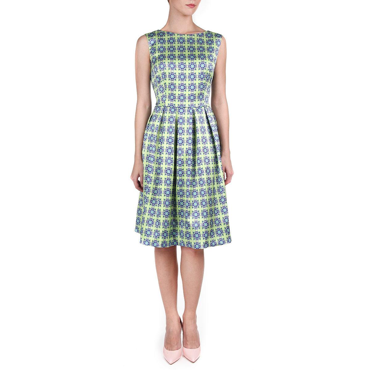 ПлатьеP01A4-4Элегантное платье Анна Чапман подарит вам удобство и поможет вам подчеркнуть свой вкус и неповторимый стиль. Изготовленное из плотной шелковистой ткани, оно мягкое на ощупь, не раздражает кожу и хорошо вентилируется. Модель с круглым вырезом горловины без рукавов на спинке застегивается на потайную застежку-молнию. По бокам изделие дополнено двумя втачными карманами. Эта модель подчеркивает талию и идеально сидит на груди благодаря выверенным вытачкам. Складки на отрезной юбке дарят образу романтичность. Оформлена модель принтом Гжельская роза. Этот орнамент символизирует девичью красоту, расцвет и праздник. В таком наряде вы, безусловно, привлечете восхищенные взгляды окружающих.