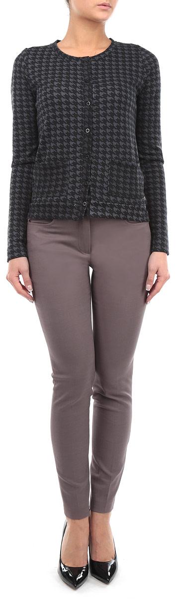 B295537Женские брюки Baon станут модным дополнением к вашему гардеробу. Изготовленные из эластичного хлопка и вискозы, они мягкие и приятные на ощупь, не сковывают движения и позволяют коже дышать. Брюки-слим на поясе застегиваются на пуговицу и имеют ширинку на застежке-молнии, а также шлевки для ремня. Спереди у модели предусмотрены два втачных кармана, сзади - также два втачных кармана, которые закрываются на пуговицы. На поясе брюки декорированы небольшой металлической подвеской с названием бренда, а также пуговками и кожаными элементами. Современный дизайн и расцветка делают эти брюки стильным предметом одежды, они отлично дополнят ваш образ и подчеркнут неповторимый стиль.