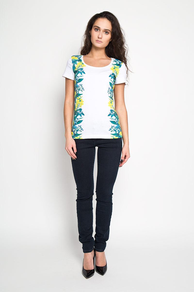 ФутболкаTs-111/610-6110Стильная женская футболка Sela, выполненная из высококачественного эластичного хлопка, обладает высокой теплопроводностью, воздухопроницаемостью и гигроскопичностью, позволяет коже дышать. Модель с короткими рукавами и круглым вырезом - идеальный вариант для создания образа в стиле Casual. Футболка оформлена принтом с изображением красочных экзотических цветов. Такая модель подарит вам комфорт в течение всего дня и послужит замечательным дополнением к вашему гардеробу.