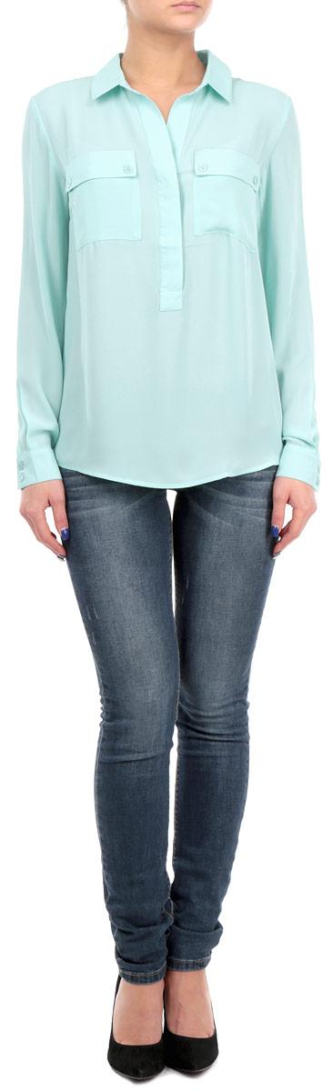 БлузкаB175516Стильная женская блуза Baon, выполненная из высококачественного струящегося материала, подчеркнет ваш уникальный стиль и поможет создать оригинальный женственный образ. Блузка свободного кроя с длинными рукавами и отложным воротником дополнена двумя нагрудными карманами. Блузка застегивается на пуговицы на груди, манжеты рукавов также дополнены пуговицами. Легкая блуза идеально подойдет для жарких летних дней. Такая блузка будет дарить вам комфорт в течение всего дня и послужит замечательным дополнением к вашему гардеробу.