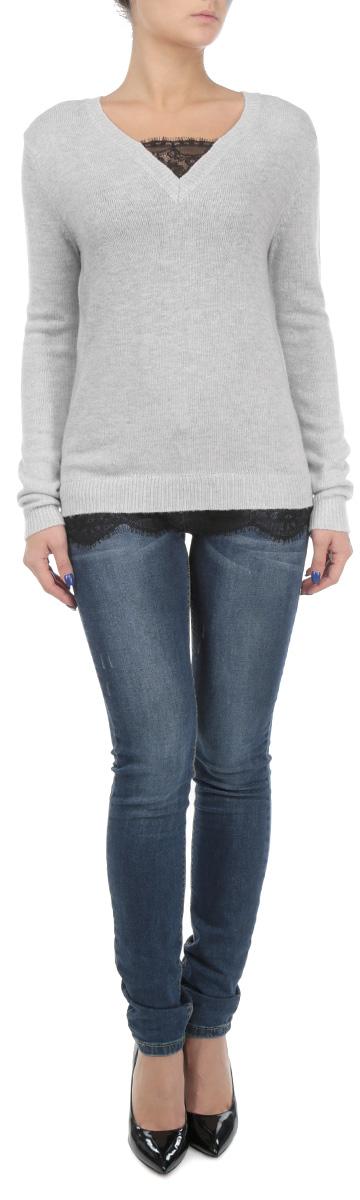 Свитер женский. SSW1797SSW1797GBСтильный вязаный свитер Top Secret, изготовленный из мягкой пряжи с альпакой, не сковывает движений, обеспечивая наибольший комфорт. Модель прямого кроя с V-образным вырезом горловины и длинными рукавами. Низ свитера, манжеты и горловина связаны мелкой резинкой. Изюминка модели - отделка ажурным кружевом контрастного цвета по нижнему краю и горловине. В таком свитере вы будете чувствовать себя уютно и комфортно в прохладную погоду.