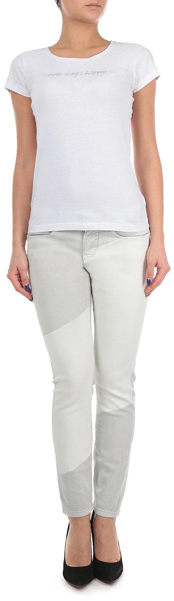 Джинсы женские. J2IJ201814J2IJ201814Стильные женские джинсы Calvin Klein Jeans - джинсы высочайшего качества на каждый день, которые прекрасно сидят. Модель зауженного кроя и средней посадки изготовлена из высококачественного материала, очень приятного на ощупь. Застегиваются джинсы на пуговицу в поясе и ширинку на застежке-молнии, имеются шлевки для ремня. Спереди модель оформлены двумя втачными карманами и одним небольшим секретным кармашком, а сзади - двумя накладными карманами. Эти модные и в тоже время комфортные джинсы послужат отличным дополнением к вашему гардеробу. В них вы всегда будете чувствовать себя уютно и комфортно.