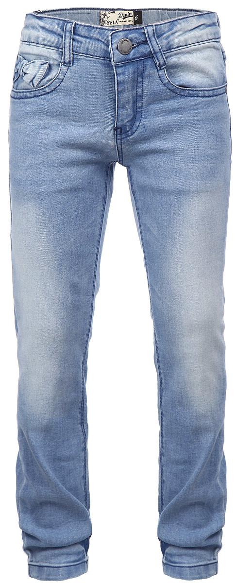 Джинсы для девочки Denim. PJ-635/460-6161PJ-635/460-6161Стильные джинсы для девочки Sela Denim идеально подойдут вашей маленькой принцессе для отдыха и прогулок. Изготовленные из высококачественного материала, они необычайно мягкие и приятные на ощупь, не сковывают движения и позволяют коже дышать, не раздражают даже самую нежную и чувствительную кожу ребенка, обеспечивая ему наибольший комфорт. Джинсы на талии застегиваются на металлическую пуговицу и имеют ширинку на застежке-молнии, а также шлевки для ремня. С внутренней стороны пояс регулируется резинкой на пуговицах. Модель спереди дополнена двумя втачными карманами, а сзади - двумя накладными кармашками. Оформлены джинсы прострочкой, а также металлическими клепками и легким эффектом потертости. Украшено изделие декоративным объемным бантом. Современный дизайн и расцветка делают эти джинсы модным и стильным предметом детского гардероба. В них ваша дочурка всегда будет в центре внимания!