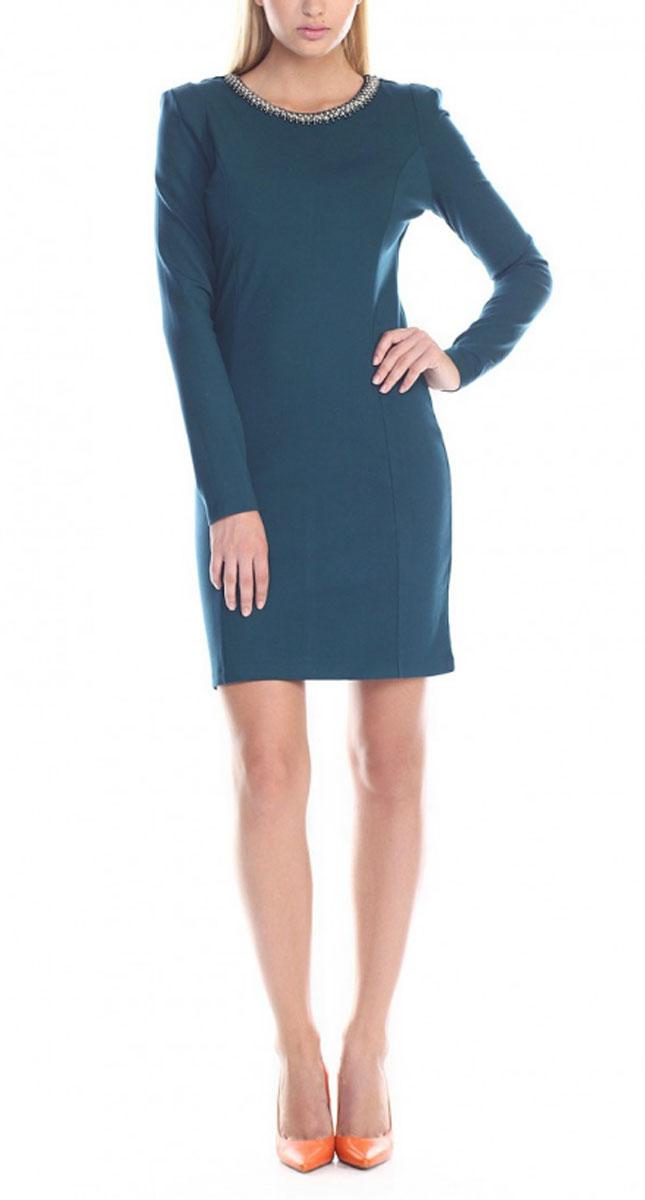 B455510Элегантное платье Baon изготовлено из высококачественной эластичной вискозы с добавлением полиамида, гладкой и приятной на ощупь. Такое платье приятно к телу, обеспечит вам комфорт и удобство при носке. Модель с круглым вырезом горловины и длинными рукавами выгодно подчеркнет все достоинства вашей фигуры благодаря приталенному силуэту. Платье оформлено вышивкой стразами и блестящими бусинами по горловине, застегивается на застежку-молнию на спинке. Изысканное платье-миди создаст обворожительный и неповторимый образ. Это модное и удобное платье станет превосходным дополнением к вашему гардеробу, оно подарит вам удобство и поможет вам подчеркнуть свой вкус и неповторимый стиль.