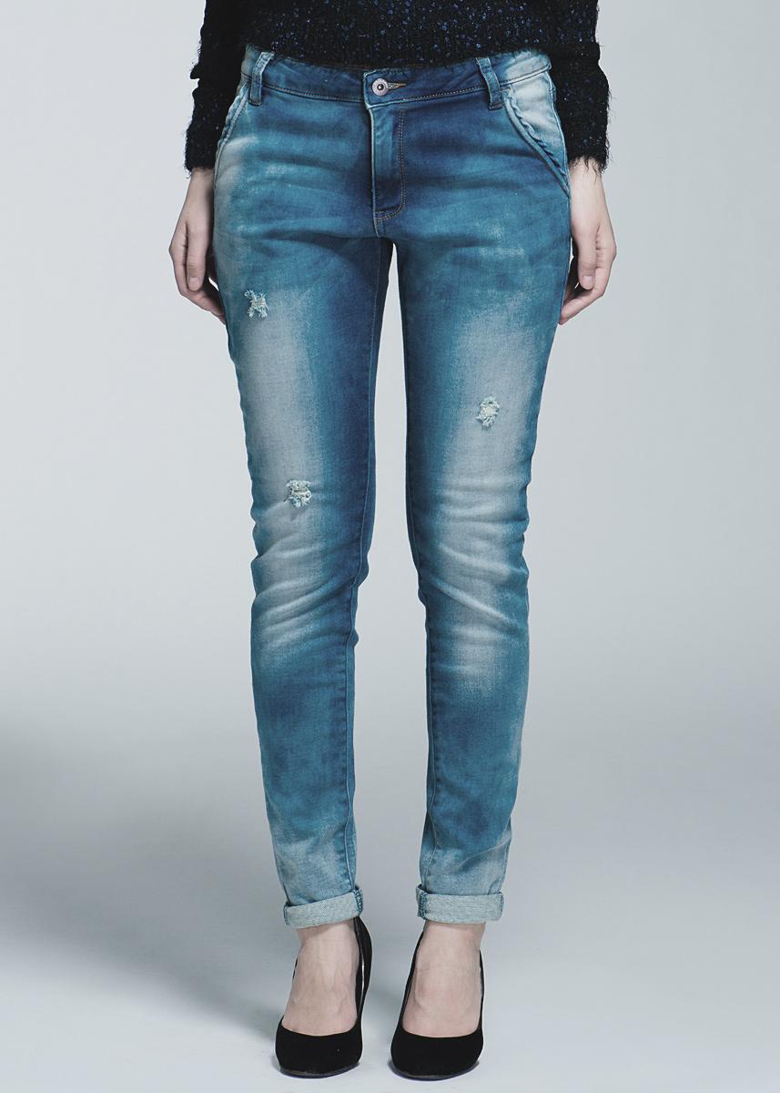 Джинсы женские 6010097460100974Стильные женские джинсы Broadway - джинсы высочайшего качества, которые прекрасно сидят. Джинсы Broadway созданы специально для того, чтобы подчеркивать достоинства вашей фигуры. Узкая по ноге модель и зауженный к низу крой, джинсы средней посадки - отличный выбор для создания динамичного городского образа. Застегиваются джинсы на пуговицу и ширинку на застежке-молнии, имеются шлевки для ремня. Спереди модель оформлены двумя втачными карманами и одним небольшим секретным кармашком, а сзади - двумя накладными карманами. Эти модные и в тоже время комфортные джинсы послужат отличным дополнением к вашему гардеробу. В них вы всегда будете чувствовать себя уютно и комфортно.