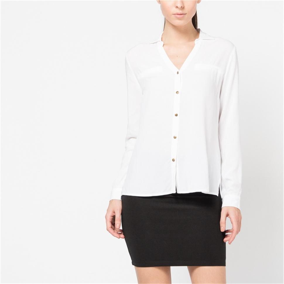 Блузка женская. B-112/770-6171B-112/770-6171Стильная женская блуза Sela, выполненная из 100% вискозы, подчеркнет ваш уникальный стиль и поможет создать оригинальный женственный образ. Блузка с длинными рукавами и отложным воротником застегивается на пуговицы спереди. Манжеты рукавов также застегиваются на пуговицы. На груди модель дополнена имитацией карманов. Такая блузка идеально подойдет для жарких летних дней. Такая блузка будет дарить вам комфорт в течение всего дня и послужит замечательным дополнением к вашему гардеробу.