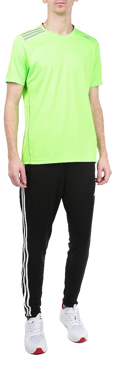 ФутболкаM31275Стильная мужская футболка Adidas Climachill, выполненная из полиэстера, обладает высокой теплопроводностью, воздухопроницаемостью и великолепно отводит влагу от тела. Модель с короткими рукавами и круглым вырезом горловины - идеальный вариант для создания образа в стиле Casual. Футболка оформлена светоотражающими полосками на плечах. Такая модель подарит вам комфорт в течение всего дня и послужит замечательным дополнением к вашему гардеробу.
