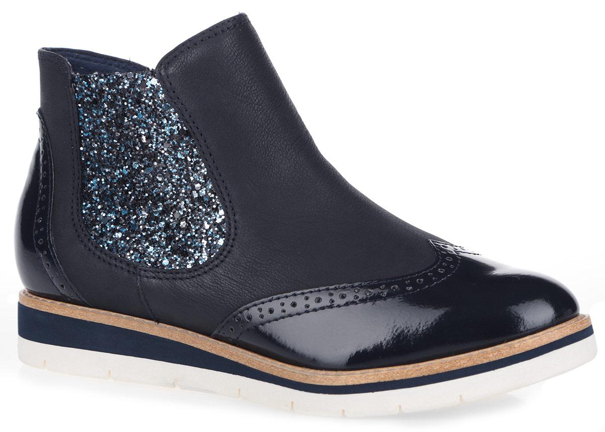 Ботинки женские. 1-1-25311-26-8991-1-25311-26-899Стильные женские ботинки от Tamaris заинтересуют вас своим дизайном с первого взгляда! Модель, выполненная из натуральной кожи, оформлена перфорацией. Одна из боковых сторон оформлена блестками, другая сторона оснащена застежкой-молнией. Подкладка, выполненная из натуральной кожи и текстиля, и стелька из текстиля обеспечат комфорт при ходьбе. Контрастная подошва умеренной высоты с рельефным протектором обеспечивает отличное сцепление на любой поверхности. В этих ботинках вашим ногам будет комфортно и уютно. Они подчеркнут ваш стиль и индивидуальность.