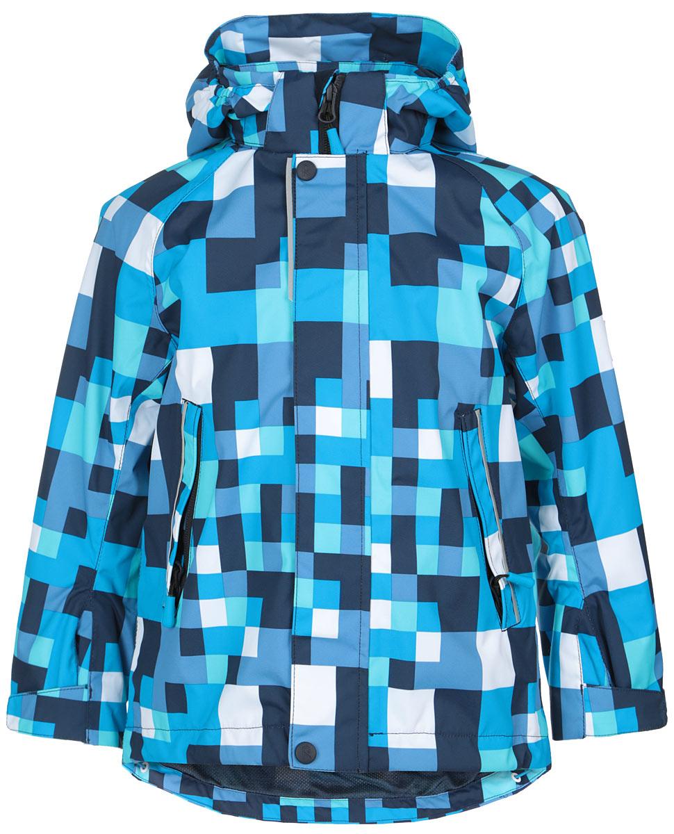 521447_7471Куртка для мальчика Reima Flavor идеально подойдет для ребенка в прохладное время года. Куртка изготовлена из водоотталкивающей и ветрозащитной мембранной ткани. Материал отличается высокой устойчивостью к трению, благодаря специальной обработке полиуретаном поверхность изделия отталкивает грязь и воду, что облегчает поддержание аккуратного вида одежды, дышащее покрытие с изнаночной части не раздражает даже самую нежную и чувствительную кожу ребенка, обеспечивая ему наибольший комфорт. Куртка с капюшоном и длинными рукавами-реглан застегивается на пластиковую застежку-молнию с защитой подбородка, благодаря чему ее легко надевать и снимать, и дополнительно имеет внешнюю ветрозащитную планку на кнопках и липучках. Капюшон, присборенный по бокам, защитит нежные щечки от ветра, он пристегивается к куртке при помощи застежек-кнопок. Низ рукавов регулируется с помощью хлястиков на липучках. Мягкая подкладка на воротнике и манжетах обеспечивает дополнительный комфорт. Спинка изделия...