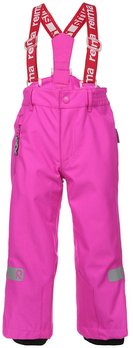 522141_9990Детские брюки Reima Singine Kiddo идеально подойдут для ребенка в прохладное время года. Брюки изготовлены из из водоотталкивающего и дышащего, а также очень прочного материала. Материал отличается высокой устойчивостью к трению, благодаря специальной обработке полиуретаном поверхность изделия отталкивает грязь и воду, что облегчает поддержание аккуратного вида одежды. Швы проклеены для максимальной защиты от воды и влаги. Брюки застегиваются на кнопку и ширинку на застежке-молнии и имеют съемные эластичные наплечные лямки, регулируемые по длине. На талии предусмотрена широкая эластичная резинка, которая позволяет надежно заправить в брюки водолазку или свитер. Имеются шлевки для ремня. С правой стороны модель дополнена прорезным кармашком на застежке-молнии с оригинальным держателем. Снизу брючин предусмотрены внутренние манжеты с прорезиненными полосками, препятствующие попаданию снега в обувь и не дающие брюкам ползти вверх. Ширину брючин понизу можно...