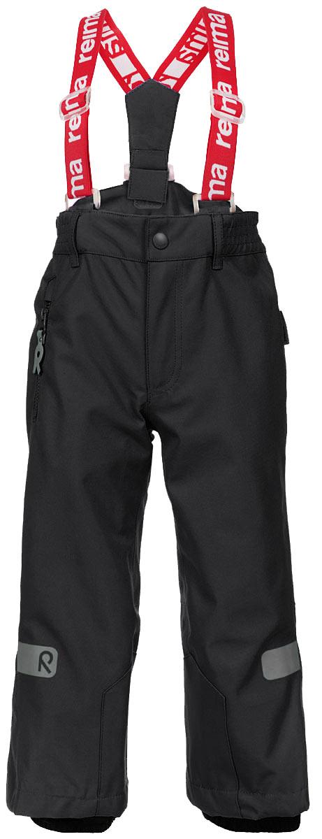 Брюки522141_9990Детские брюки Reima Singine Kiddo идеально подойдут для ребенка в прохладное время года. Брюки изготовлены из из водоотталкивающего и дышащего, а также очень прочного материала. Материал отличается высокой устойчивостью к трению, благодаря специальной обработке полиуретаном поверхность изделия отталкивает грязь и воду, что облегчает поддержание аккуратного вида одежды. Швы проклеены для максимальной защиты от воды и влаги. Брюки застегиваются на кнопку и ширинку на застежке-молнии и имеют съемные эластичные наплечные лямки, регулируемые по длине. На талии предусмотрена широкая эластичная резинка, которая позволяет надежно заправить в брюки водолазку или свитер. Имеются шлевки для ремня. С правой стороны модель дополнена прорезным кармашком на застежке-молнии с оригинальным держателем. Снизу брючин предусмотрены внутренние манжеты с прорезиненными полосками, препятствующие попаданию снега в обувь и не дающие брюкам ползти вверх. Ширину брючин понизу можно...