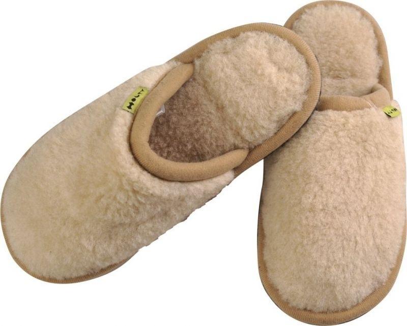 Тапки Гармония. 030302-0200/э030302-0200/эМягкие тапки Гармония от Holty выполнены из натуральной овечьей шерсти и текстиля. Содержащий в натуральной шерсти животный воск, взаимодействуя с кожей человека, благотворно влияет на мышцы и суставы. Уникальным свойством шерсти является способность поглощать влагу, свободно ее рассеивать, оставляя при этом ноги сухими. Тапки идеально подойдут для ношения в помещениях с любыми типами полов, для прогрева ног сухим теплом, защиты от воздействия холода и сквозняков и снятия усталости. Рельефная подошва, выполненная из ЭВА-пора, обеспечивает сцепление с любой поверхностью. ЭВА-пора не пропускает и не впитывает воду. Легкие и мягкие тапки подарят чувство уюта и комфорта.