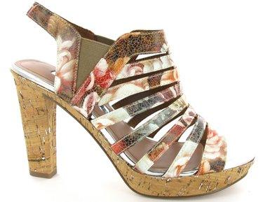 1-1-28335-26-908Сногсшибательные босоножки от Tamaris займут достойное место в вашем летнем гардеробе. Модель выполнена из искусственной кожи и оформлена цветочным принтом с эффектом под старину. Резинки, расположенные на боковых сторонах, обеспечивают идеальную посадку изделия на ноге. Стелька из искусственной кожи, дополненная названием бренда, комфортна при ходьбе. Устойчивый каблук и платформа, стилизованные под пробку, смотрятся неподражаемо! Рифление на подошве и на каблуке гарантирует отличное сцепление с любой поверхностью. Модные босоножки внесут яркие нотки в ваш наряд, позволят выделиться среди окружающих.