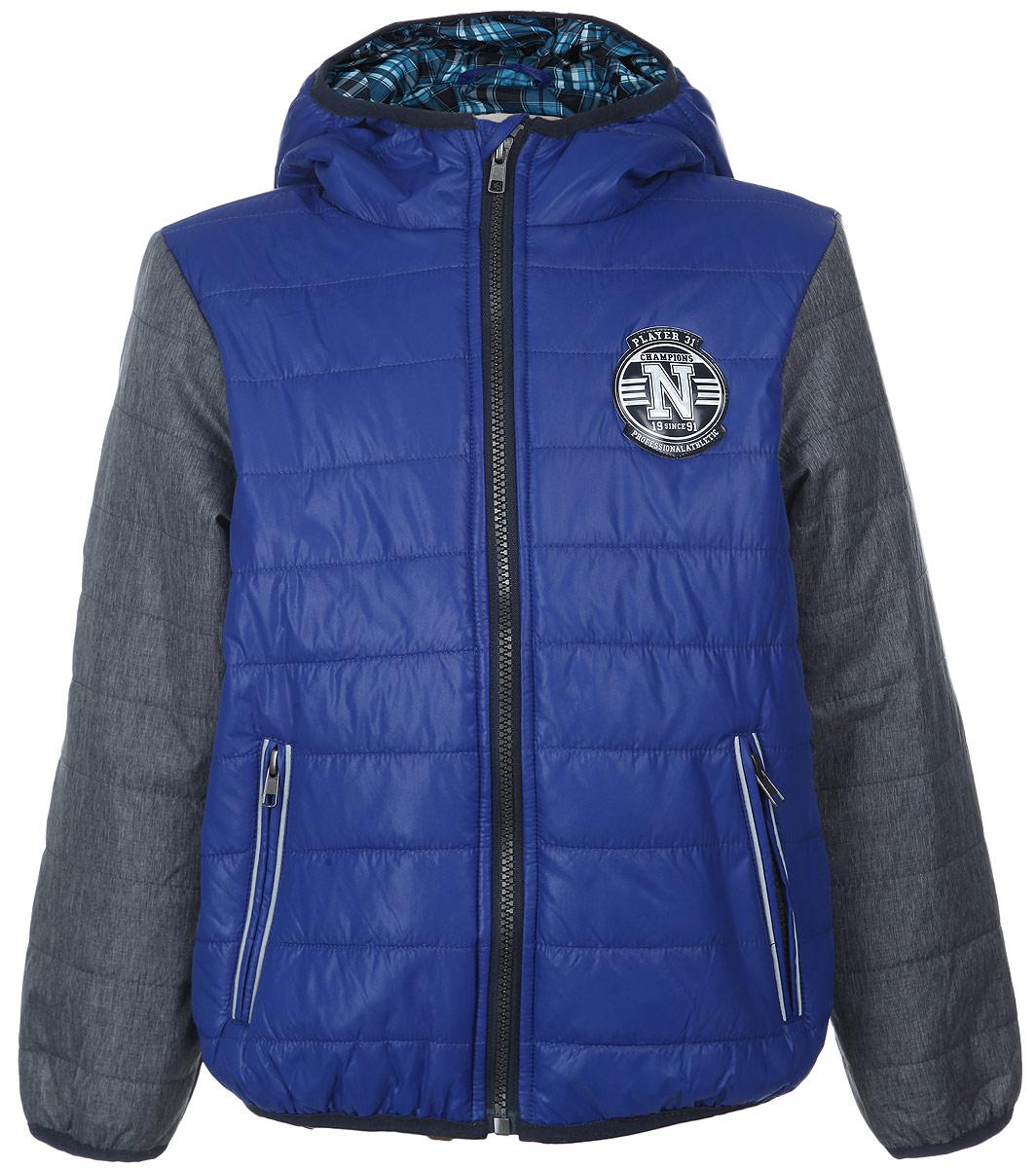 Куртка для мальчика. Cp-826/215-6102Cp-826/215-6102Яркая куртка для мальчика Sela идеально подойдет вашему ребенку в прохладную погоду. Модель изготовлена из нейлона на подкладке из полиэстера, в качестве утеплителя используется тонкая прослойка синтепона. Благодаря своему составу, куртка очень легкая, максимально удерживает тепло, отлично сохраняет свой внешний вид даже при многократных стирках, быстро сохнет. Куртка с капюшоном застегивается на пластиковую молнию с защитой подбородка и дополнительно имеет внутреннюю ветрозащитную планку. Капюшон не отстегивается, дополнен по краю скрытой эластичной резинкой. Спереди предусмотрены два прорезных кармана на застежках-молниях. По краям рукавов и по низу изделия проходит эластичная резинка. Куртка дополнена светоотражающими элементами для безопасности ребенка в темное время суток. Легкая, комфортная и теплая куртка идеально подойдет для прогулок и игр на свежем воздухе!