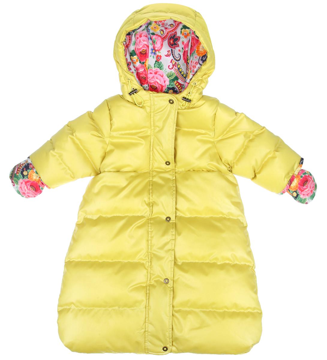 Конверт для девочки. 48-10248-102Мягкий утепленный конверт для девочки Ёмаё идеально подойдет для вашей малышки в холодное время года. Выполненный из водоотталкивающей ткани на хлопковой подкладке, с утеплителем из полиэстера (синтепуха), он удивительно мягкий и приятный на ощупь, не сковывает движения и хорошо сохраняет тепло. Конверт-комбинезон с рукавами и капюшоном спереди застегивается на металлическую застежку-молнию и дополнительно имеет внешний ветрозащитный клапан на кнопках, а также защиту подбородка. Капюшон по краю присборен на скрытую эластичную резинку со стопперами. Подкладка капюшона оформлена ярким цветочным принтом. Спереди предусмотрены два прорезных кармашка. В комплект входят рукавички на текстильном шнурочке, благодаря чему они не потеряются. Рукавички оформлены ярким цветочным принтом. В таком конверте вашей малышке всегда будет тепло и уютно!